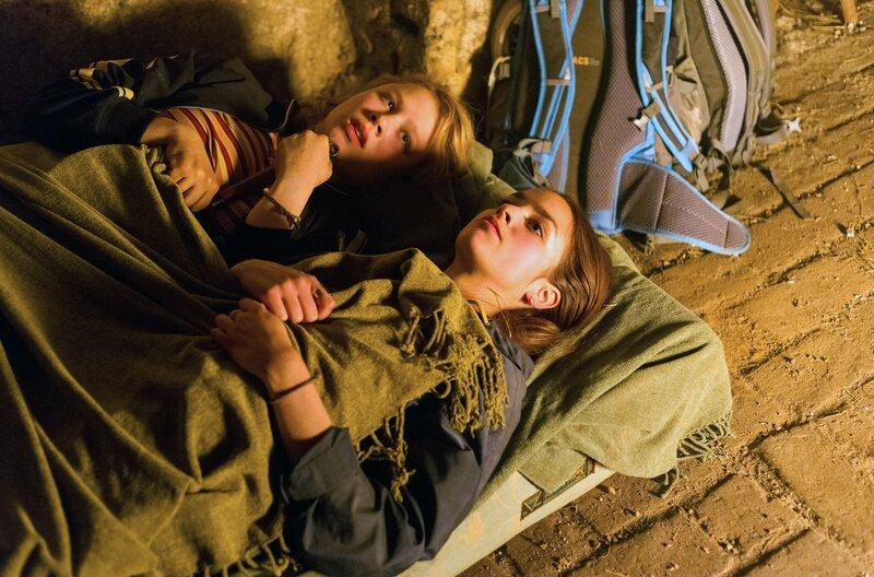 Emmy (Anna Bachmann) und Clara (Luise Befort) planen einen Fluchtversuch. (v.l.) – Bild: MDR/MOLINA FILM/Steffen Junghans