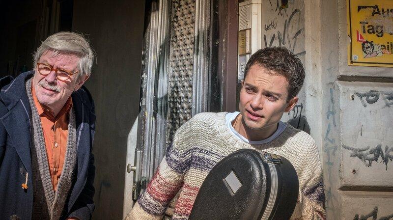 Günter und David Rieger wollen das Cello in Sicherheit bringen – Bild: NDR/Boris Laewen
