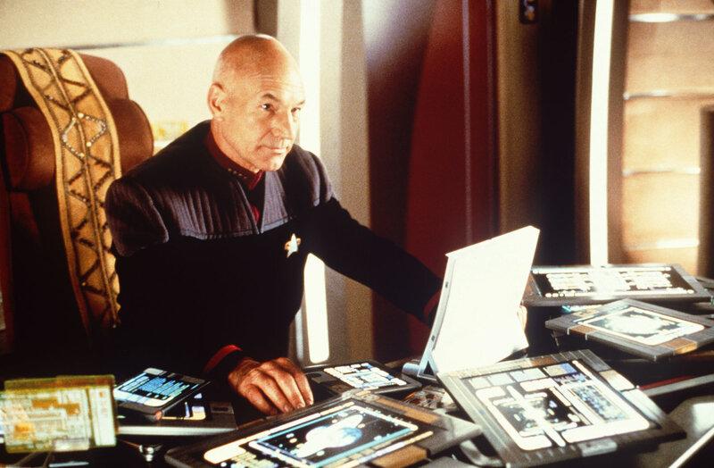 Picard (Patrick Stewart) sieht sich gezwungen, sein Kommando niederzulegen und sich einer galaktischen Widerstandsbewegung anzuschließen ... – Bild: Puls 4