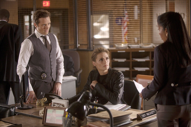Von Captain Victoria Gates (Penny Johnson, r.) erfahren Kate Beckett (Stana Katic, M.) und Kevin Ryan (Seamus Dever, l.), dass der Scharfschütze erneut zugeschlagen hat ... – Bild: © 2011 American Broadcasting Companies, Inc. All rights reserved.