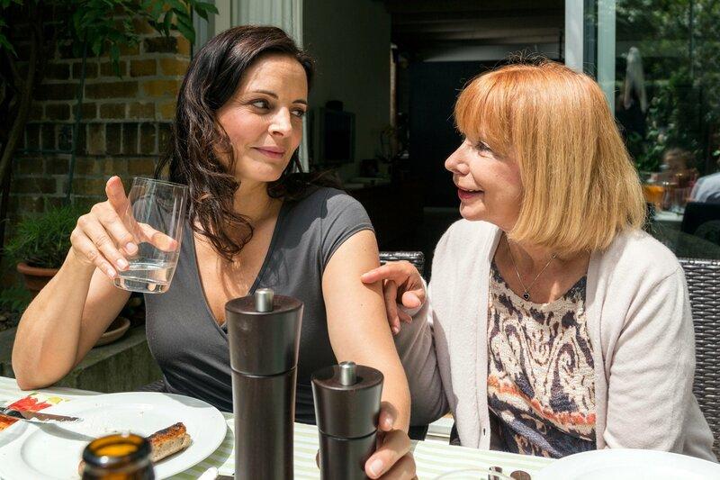 Charlotte (Ursela Monn, rechts) möchte von ihrer Tochter Susanne (Elisabeth Lanz, links) wissen, warum sie zu spät zur Grillparty gekommen ist. Die mütterliche Neugier wird nicht befriedigt, Susanne wahrt ihr Geheimnis. – Bild: ARD/BR/Steffen Junghans