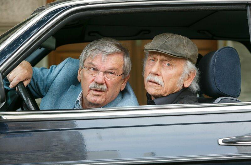 """Günter (Wolfgang Winkler, l.) und Edwin Bremer (Tilo Prückner, r.) werden auf der Straße Tickets für """"Lady Gaga"""" angeboten. – Bild: ARD/Kai Schulz"""