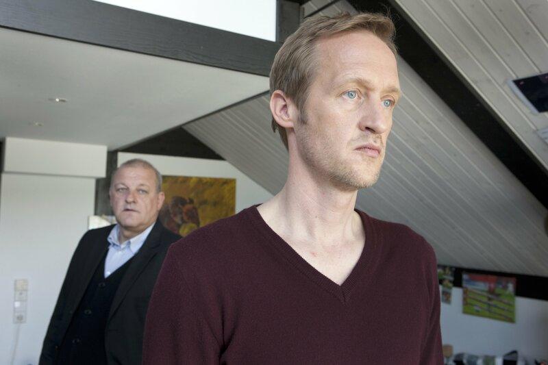 Georg Wilsberg (Leonard Lansink, l.) fühlt Thomas Rensing (Stephan Kampwirth, r.) auf den Zahn. Was hat er zu verbergen? – Bild: ORF III