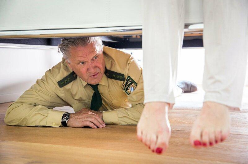 Girwidz (Michael Brandner) flüchtet sich unter Dagmars Bett. – Bild: ARD/TMG/Chris Hirschhäuser