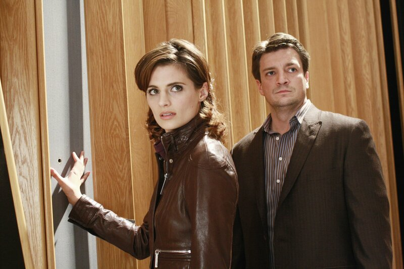 Ein Einschussloch in der Wand verrät Richard Castle (Nathan Fillion, r.) und Kate Beckett (Stana Katic, l.), dass die Musikproduzentin Bree Busch offensichtlich nur die halbe Wahrheit erzählt hat. – Bild: ABC Studios Lizenzbild frei