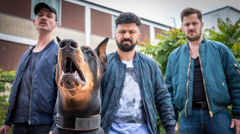 Die Kampfhundebesitzer mit ihrem Schützling Bobo – Bild: NDR/Boris Laewen