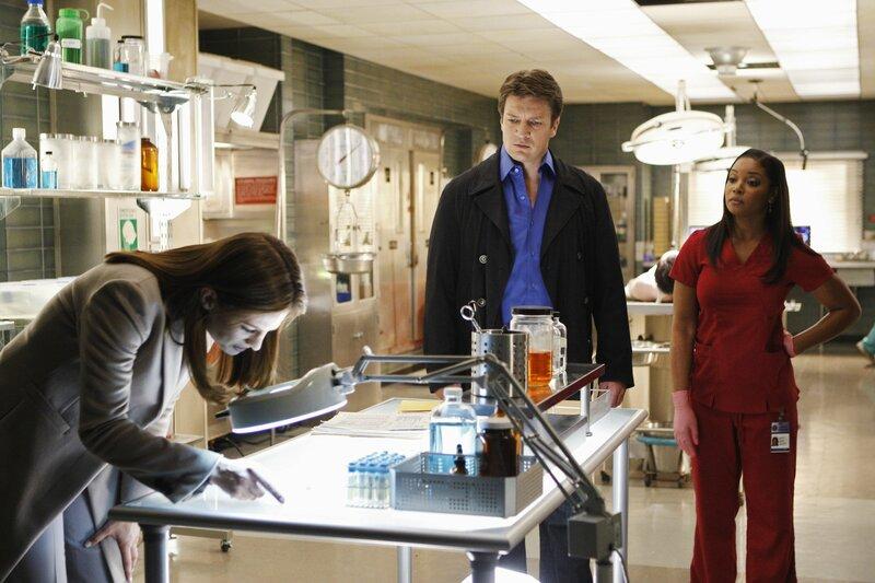 Kate (Stana Katic, l.) gibt nicht auf und sucht weiter nach Hinweisen auf den Mörder. Richard Castle (Nathan Fillion, M.) und Lanie Parish (Tamala Jones, r.) sind gespannt, ob sie etwas finden wird ... – Bild: Universal TV