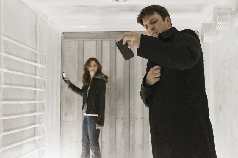 In einem Kühllaster gefangen: Richard Castle (Nathan Fillion, l.) und Kate Beckett (Stana Katic, r.) – Bild: Universal TV