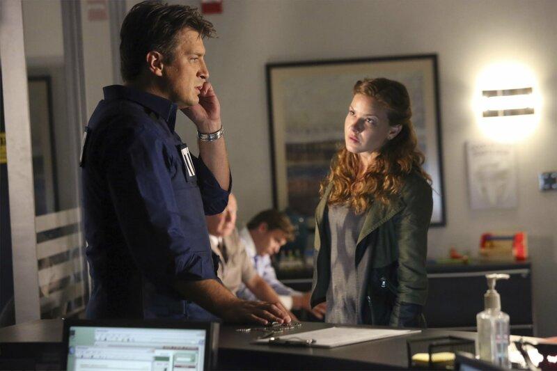 Emma Briggs (Alicia Lagano, r.) wird des Mordes verdächtigt. Da sie Richard Castles (Nathan Fillion, l.) Fan ist, besteht sie darauf, dass er ihre Unschuld beweist ... – Bild: Universal TV