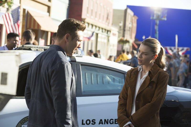 Chloe (Lauren German, r.) gefällt es überhaupt nicht, dass Dan (Kevin Alejandro, l.) plötzlich als Officer bei ihr am Tatort auftaucht, obwohl er eigentlich noch hinter Gittern sein sollte ... – Bild: 2016 Warner Brothers Lizenzbild frei