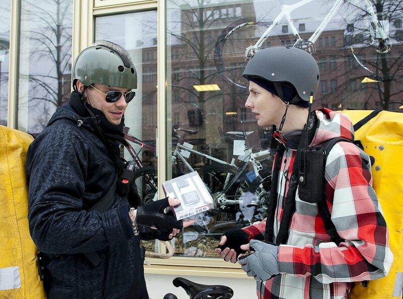 Ben Seidler (Martin Baden, li.) und Rufus Fehn (Joseph K. Bundschuh, re.), zwei Fahrradkuriere, werden bei einem Diebstahl in einem Fahrradladen erwischt. Rufus findet es gar nicht lustig, dass Ben diese Aktion hinter seinem Rücken abzieht - doch viel Zeit bleibt den beiden nicht. Der Besitzer hat den Diebstahl bemerkt und die beiden müssen fliehen. – Bild: NDR/MDR/Krajewsky