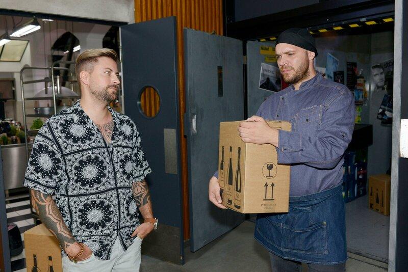 Erik (Patrick Heinrich, r.) sucht bezüglich seines Outfits Rat bei John (Felix von Jascheroff). – Bild: RTL Passion