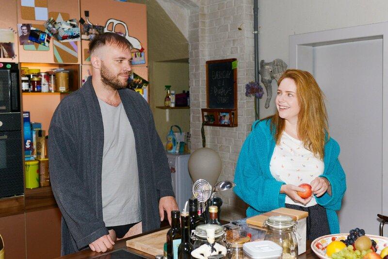 Erik (Patrick Heinrich) bedankt sich bei Toni (Olivia Marei), weil sie immer für ihn und Merle da war. – Bild: TVNOW / Rolf Baumgartner / GZSZ Folge 7116