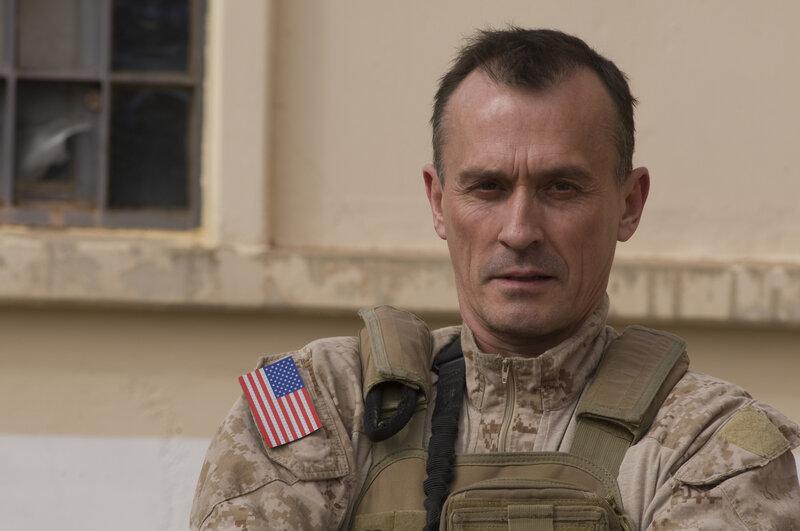Der Lieutnant Commander (Robert Knepper) muss dem Team beibringen, dass es bei einem der wichtigsten Einsätze in der Geschichte der Army teilnehmen wird ... – Bild: Puls 4