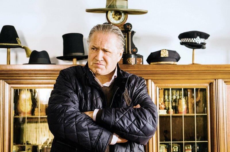 Girwidz (Michael Brandner) erlebt im Hutzimmer des Opfers eine böse Überraschung. – Bild: ARD/TMG/Emanuel A. Klempa