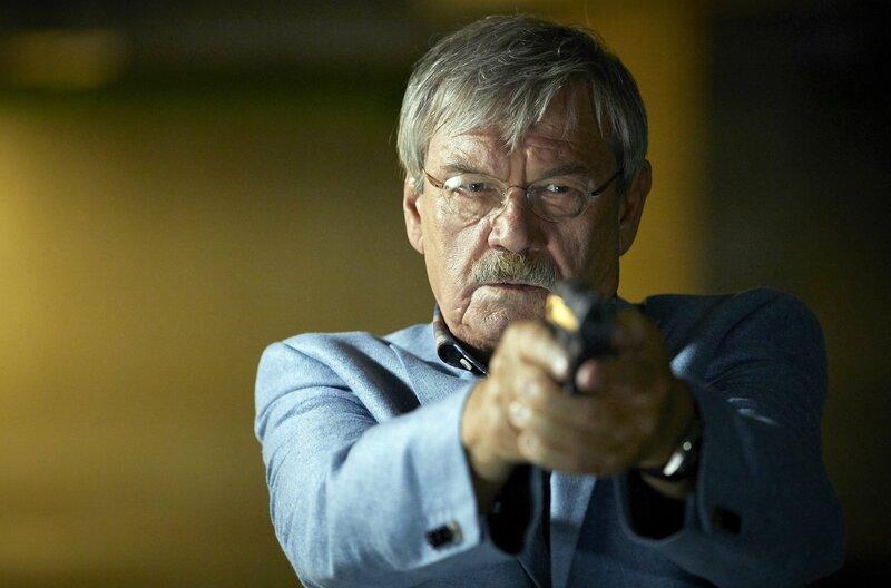 Dr. Schmidt ist in Lebensgefahr, Günter Hoffmann (Wolfgang Winkler) zückt die Pistole. – Bild: ARD/Kai Schulz