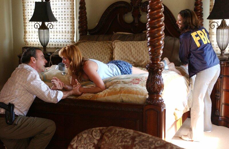 Die Polizeieinheit in San Diego braucht Hilfe, denn dort treibt ein Vergewaltiger sein Unwesen, der seine Opfer anschließend tötet und ihnen die Lider hoch klebt, damit sie die Augen nicht schließen können. Jason Gideon (Mandy Patinkin, l.) und Elle Greenway (Lola Glaudini, r.) kommen gerade noch rechtzeitig um Shelly Hart (Kelley West, r.) zu retten ... – Bild: 2005 CBS BROADCASTING INC. All Rights Reserved. / Michael Yarish Lizenzbild frei
