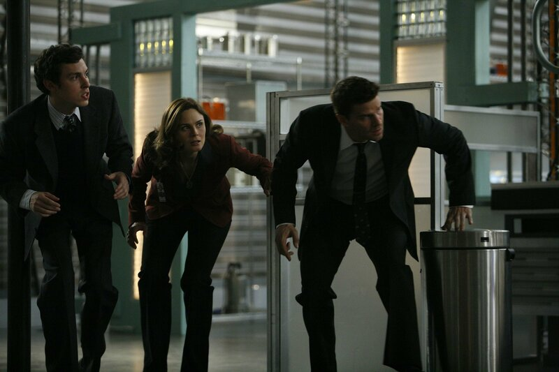 (v.l.n.r.) Lance (John Francis Daley); Dr. Brennan (Emily Deschanel); Booth (David Boreanaz) – Bild: 2007-2008 Fox and its related entities. All rights reserved. / Isabella Vosmikova Lizenzbild frei