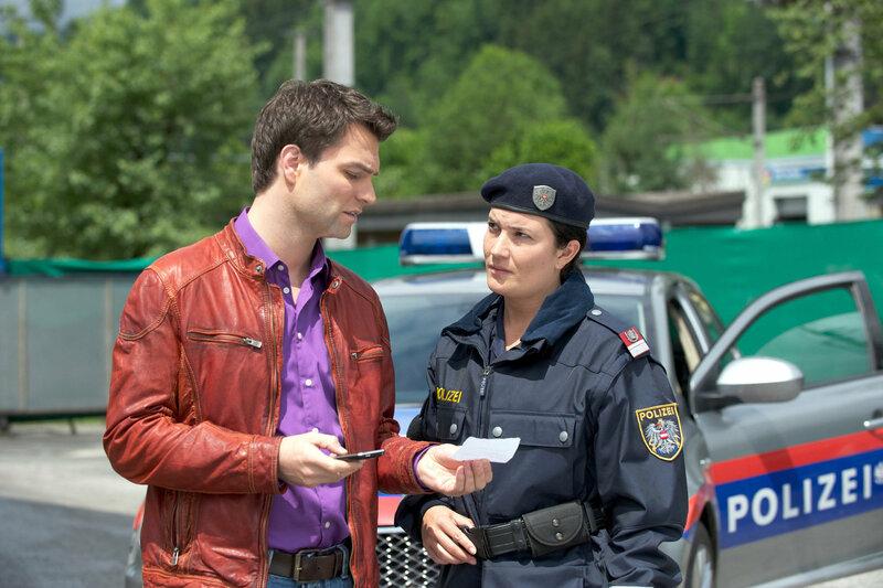 SOKO Kitzbühel Staffel 11 Folge 3 Jakob Seeböck als Lukas Roither, Lisa Hortnagl als Polizeibeamtin SRF/ORF – Bild: SRF2