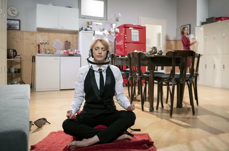 Rosalie (Natalie Alison, l.) wird von Cornelia (Deborah Müller, r.) aus ihrer Meditation aufgeschreckt. – Bild: ARD/Christof Arnold