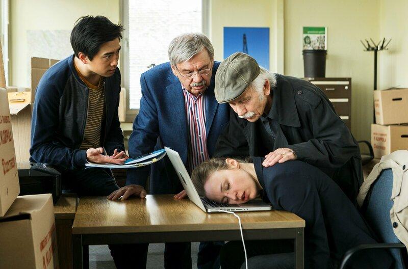 Umzugschaos: Vicky Adam (Katja Danowski) schläft erschöpft am Computer ein. Hui Ko (Aaron Le, l), Günter Hoffmann (Wolfgang Winkler, M.) und Edwin Bremer (Tilo Prückner, r.) sorgen sich um die Chefin. – Bild: ARD/Kai Schulz