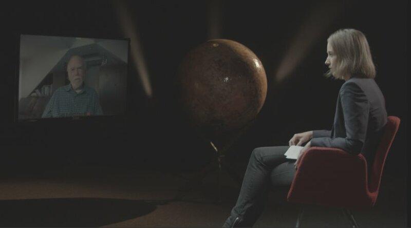 Der US-Physiker Barry Barish im Video-Interview mit Sibylle Anderl. Barish hat mit zwei weiteren Forschern die Grundlagen für den ersten direkten Nachweis von Gravitationswellen geschaffen. – Bild: B.O.A. Videofilmkunst GmbH/BR