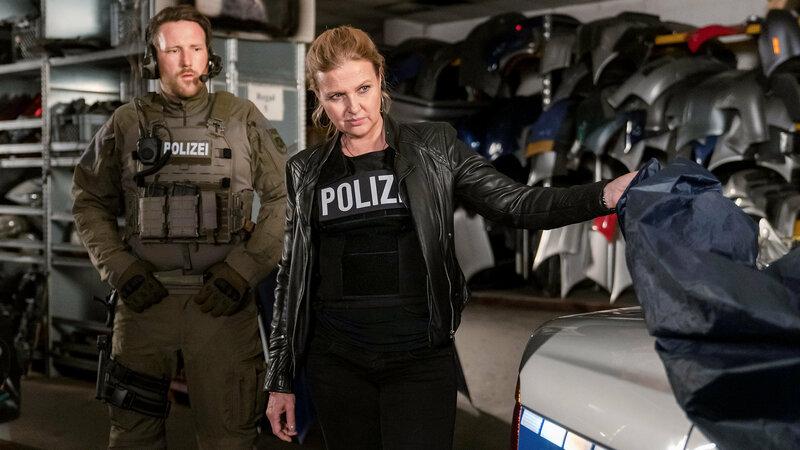 Die Chefin Goliath Katharina Böhm als Vera Lanz (r.) SRF/ZDF/Michael Marhoffer – Bild: SRF1