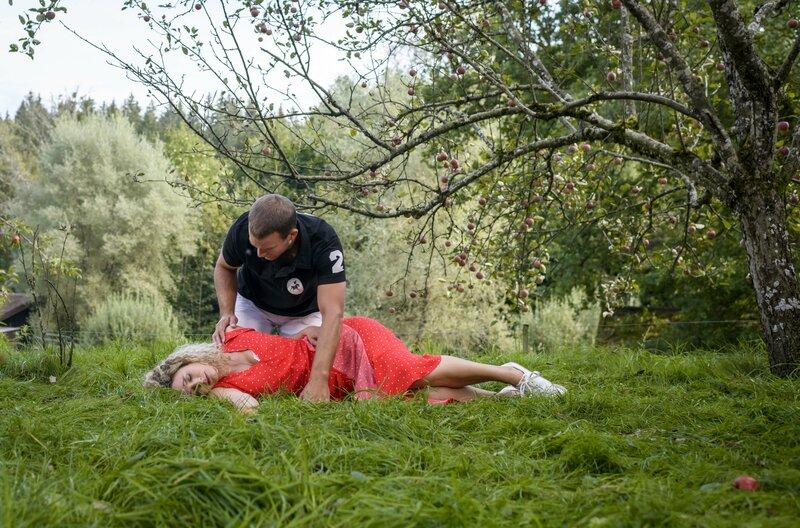 Tim (Florian Frowein, hinten) kümmert sich besorgt um die verletzte Franzi (Léa Wegmann, vorne). – Bild: ARD/Christof Arnold