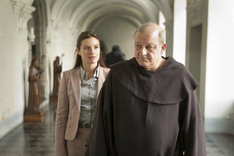 Alex (Ina Paule Klink) will die Nacht in Wilsbergs (Leonard Lansink) Klosterzelle verbringen. Ob das in einem Männerkloster eine gute Idee ist? – Bild: ZDF und Thomas Kost./Thomas Kost