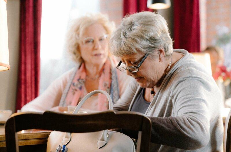 Damen unter sich: Maren Kroymann (links) und Marie-Luise Marjan (rechts) in der siebten Episode der Sketch-Comedy ?Kroymann? von Radio Bremen, SWR und NDR. – Bild: Radio Bremen/David Jayne