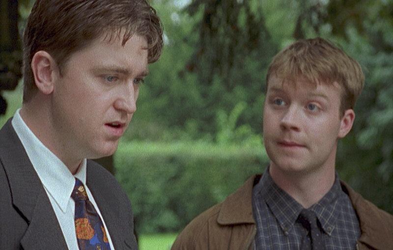 Sergeant Troy (Daniel Casey, l.) ist nicht begeistert: Cully Barnabys Freund, der angehende Schauspieler Nico (Ed Waters, r.), bereitet sich auf seine neue Rolle als Sergeant vor und beobachtet ihn deshalb bei den Ermittlungen zu seinem neuestem Fall. – Bild: ZDF und All3Media