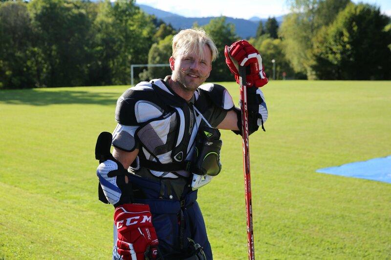 Willi Gabalier beim Soap Hockey – Bild: Servus TV / Bergkult Productions