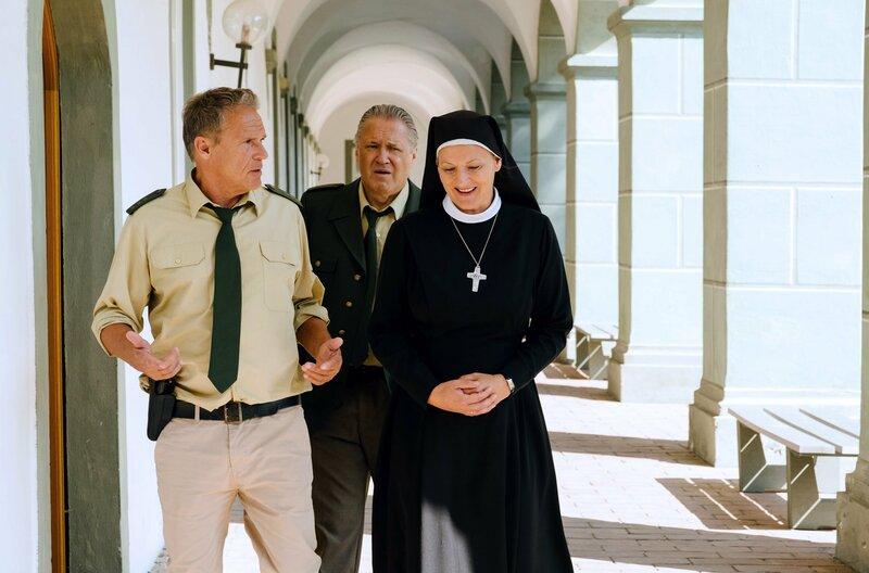 Hubert (Christian Tramitz, l.) und Girwidz (Michael Brandner, M.) befragen Oberin Renate (Michaela Steiger, r.) zu Schwester Lara. – Bild: ARD/TMG/Emanuel A. Klempa