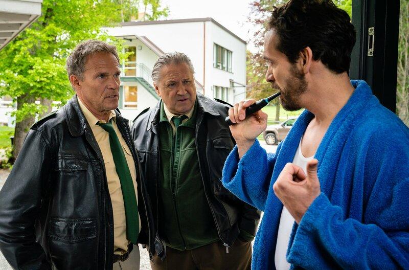 Hubert (Christian Tramitz, l.) und Girwidz (Michael Brandner, M.) befragen den Nachbarn Dr. Seidl (Markus Andreas Klauk, r.). – Bild: ARD/TMG/Arvid Uhlig