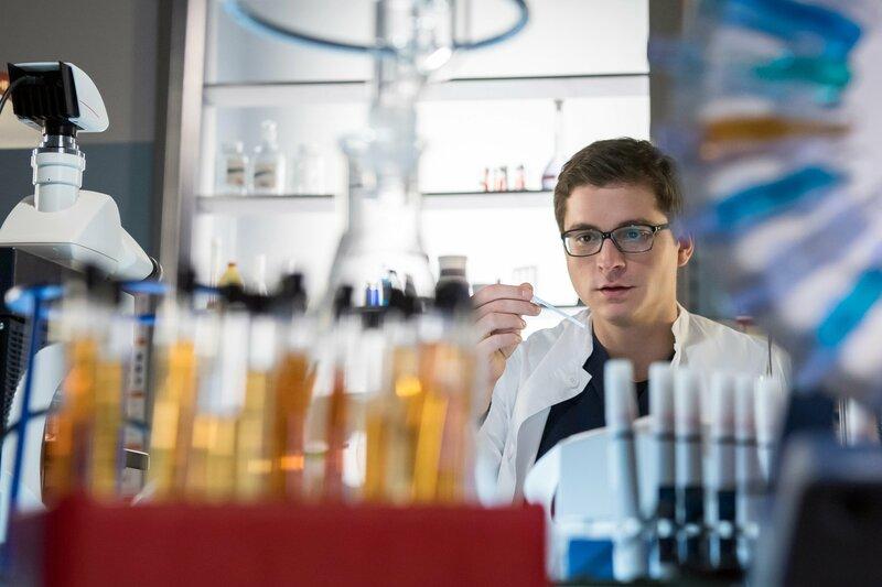 Elias (Stefan Ruppe) überprüft im Labor eine Gewebeprobe. – Bild: ARD/BR/Jens Ulrich Koch