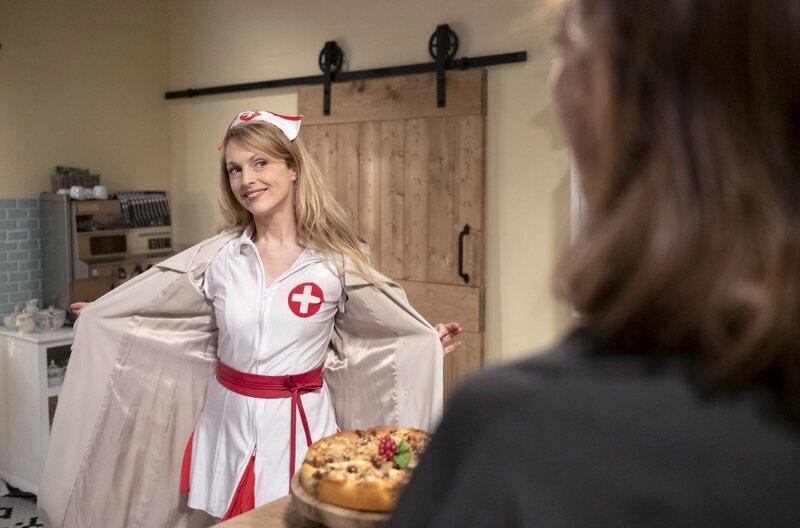 Rosalie (Natalie Alison, l.) präsentiert Cornelia (Deborah Müller, r.) ihr Outfit, mit dem sie Michael in der Klinik überraschen will. – Bild: ARD/Christof Arnold