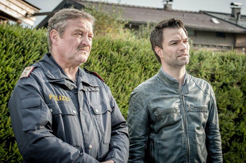Kaum Spuren, und alle Verdächtigen haben ein belastbares Alibi – Lukas Roither (Jakob Seeböck, r.) und Polizist Kroisleitner (Ferry Öllinger, l.) wissen momentan nicht weiter. – Bild: ZDF und Stefanie Leo