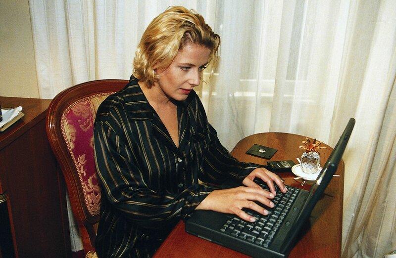 3. Susanne Jacob (Christina Rainer) ist mit Marius Meinecke im Schlosshotel verabredet. Bislang kennt sie ihn nur vom Online-Chaten im Internet. Wird er ihr auch in der Realität gefallen? – Bild: Satel -Film