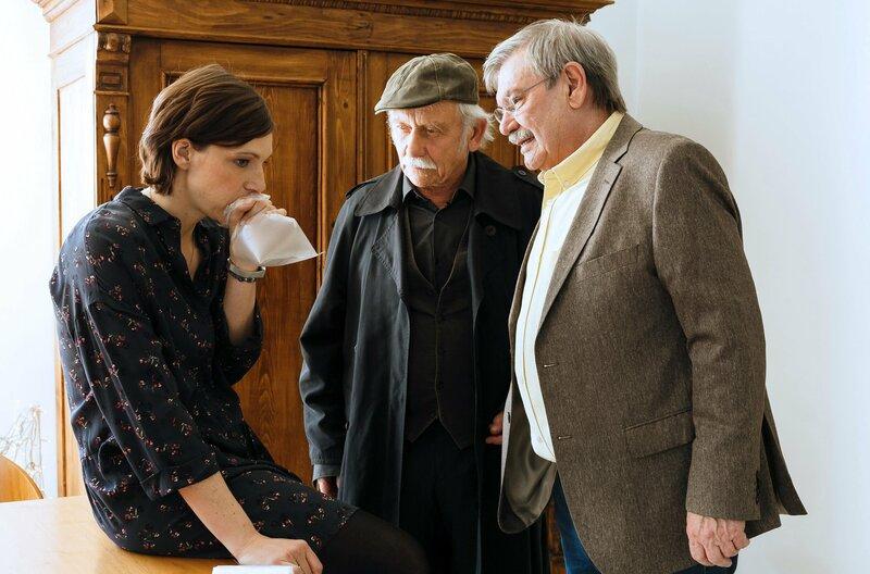 Gaby (Charlotte Bohning, l.) kämpft gegen eine Panikattacke an, als Günter (Wolfgang Winkler, l.) und Edwin (Tilo Prückner, l.) sie befragen. – Bild: WDR/ARD/Kai Schulz