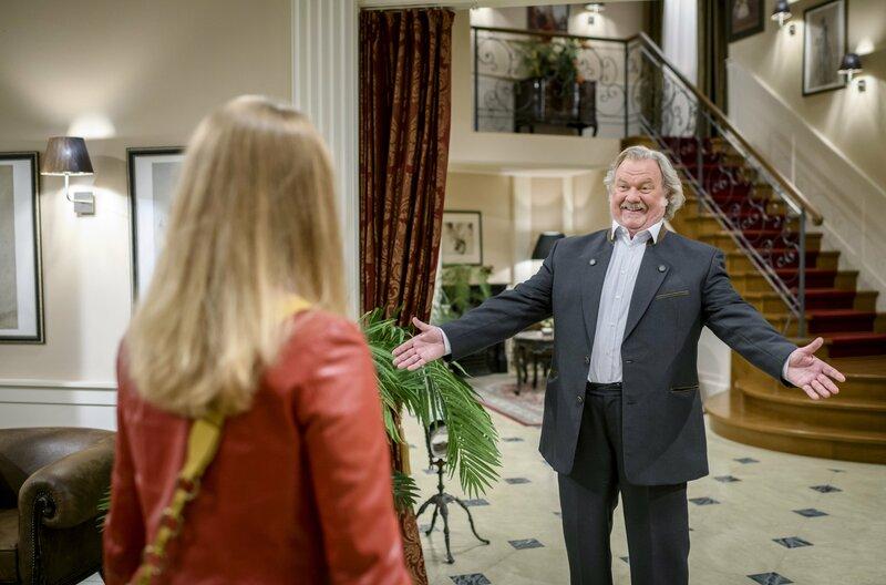 Lucy (Jennifer Siemann, l.) ist baff: Ihr Vater Hieronymus (Werner Biermeier, r.) steht plötzlich vor ihr! – Bild: ARD/Christof Arnold