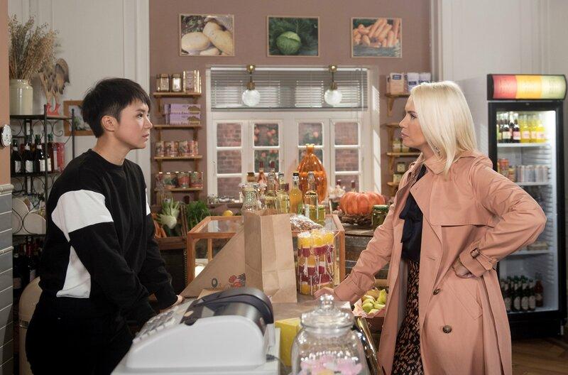 Ellen (Yun Huang, l.) fühlt sich von Amelie (Lara-Isabelle Rentinck, r.) provoziert und schafft es nicht, sie freundlich zu bedienen. – Bild: ARD/Nicole Manthey