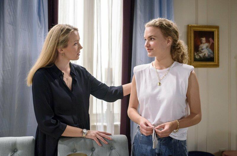 Maja (Christina Arends, r.) und Selina (Katja Rosin, l.) erinnern sich wehmütig an den herannahenden Todestag von Cornelius. – Bild: ARD/Christof Arnold