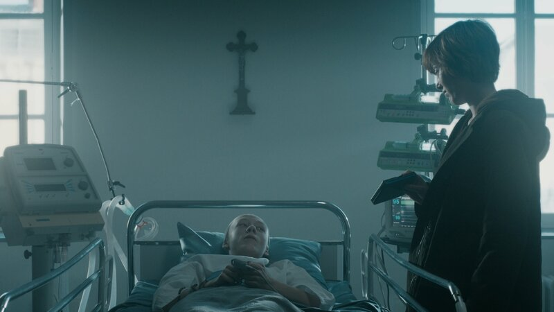 Camille (Erika Sainte, r.) besucht den schwerkranken Jungen (Darsteller unbekannt) des Mordopfers im Krankenhaus. Ein Fall, der der taffen Pariser Ermittlerin deutlich an die Nieren geht. – Bild: ZDF und THIERRY VALLETOUX.