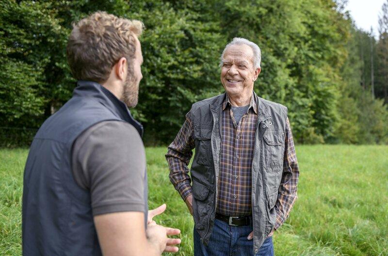 Florian (Arne Löber, l.) preist seinen Bruder Erik, gegenüber Werner (Dirk Galuba, r.) als PR-Profi an. – Bild: ARD/Christof Arnold