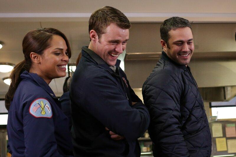 V.l.: Noch können Gabriela Dawson (Monica Raymund), Casey (Jesse Spencer) und Severide (Taylor Kinney) lachen. Doch als ihr Kollege ihnen sagt, dass er für seine Frau eine Überraschung plant, sorgt das für großes Unbehagen. – Bild: VOX/NBC Universal