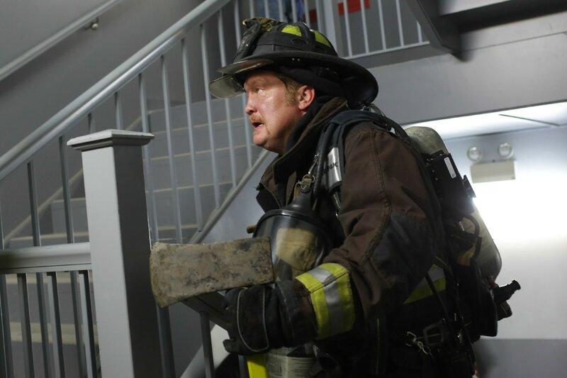 Werden es Mouch (Christian Stolte) und seine Kollegen schaffen das Feuer zu löschen, bevor Menschen schwer verletzt werden? – Bild: VOX/NBC Universal