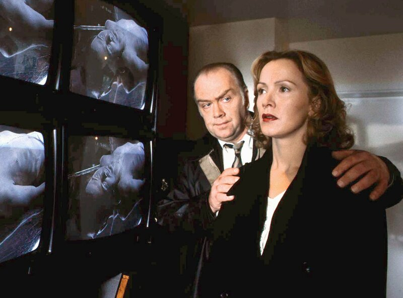 Marie Eschen (Katja Flint) ist schockiert: Kommissar Flemming (Martin Lüttge) zeigt ihr Bilder ihres toten Mannes, die ihre Töchter in der Pathologie aufgenommen haben. – Bild: WDR/von der Heydt