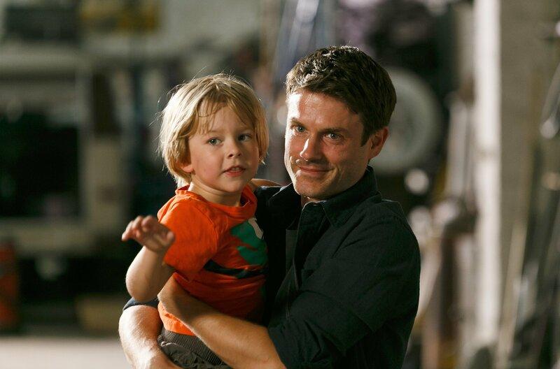 Finn (Florian Thürnagel, l.) ist zurück in den Armen seines Vaters (Sebastian Schlemmer, r.). – Bild: ARD/Kai Schulz