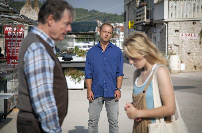 Privatdetektiv Hartwig Seeler (Matthias Koeberlin, Mitte) hat Felix Kepler (Michael Wittenborn) zu seiner Tochter Evelyn (Caroline Hellwig) geführt. – Bild: ARD Degeto/Djavor Bjelanovic