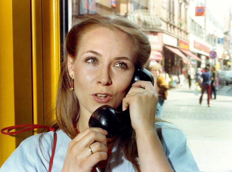 Uschi Lück (Verena Krützfeld) telefoniert mit ihrem Mann, dem jungen Polizeiwachtmeister Michael Lück. Sie ahnt nicht, in welcher Gefahr sie sich befindet. – Bild: HR/Kurt Bethke
